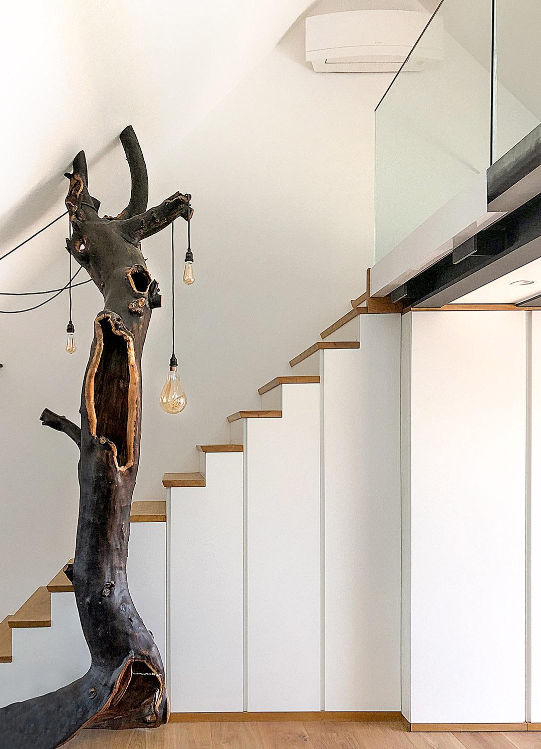 Maßgefertigte Treppe mit Schrankelementen, Altholzobjekt